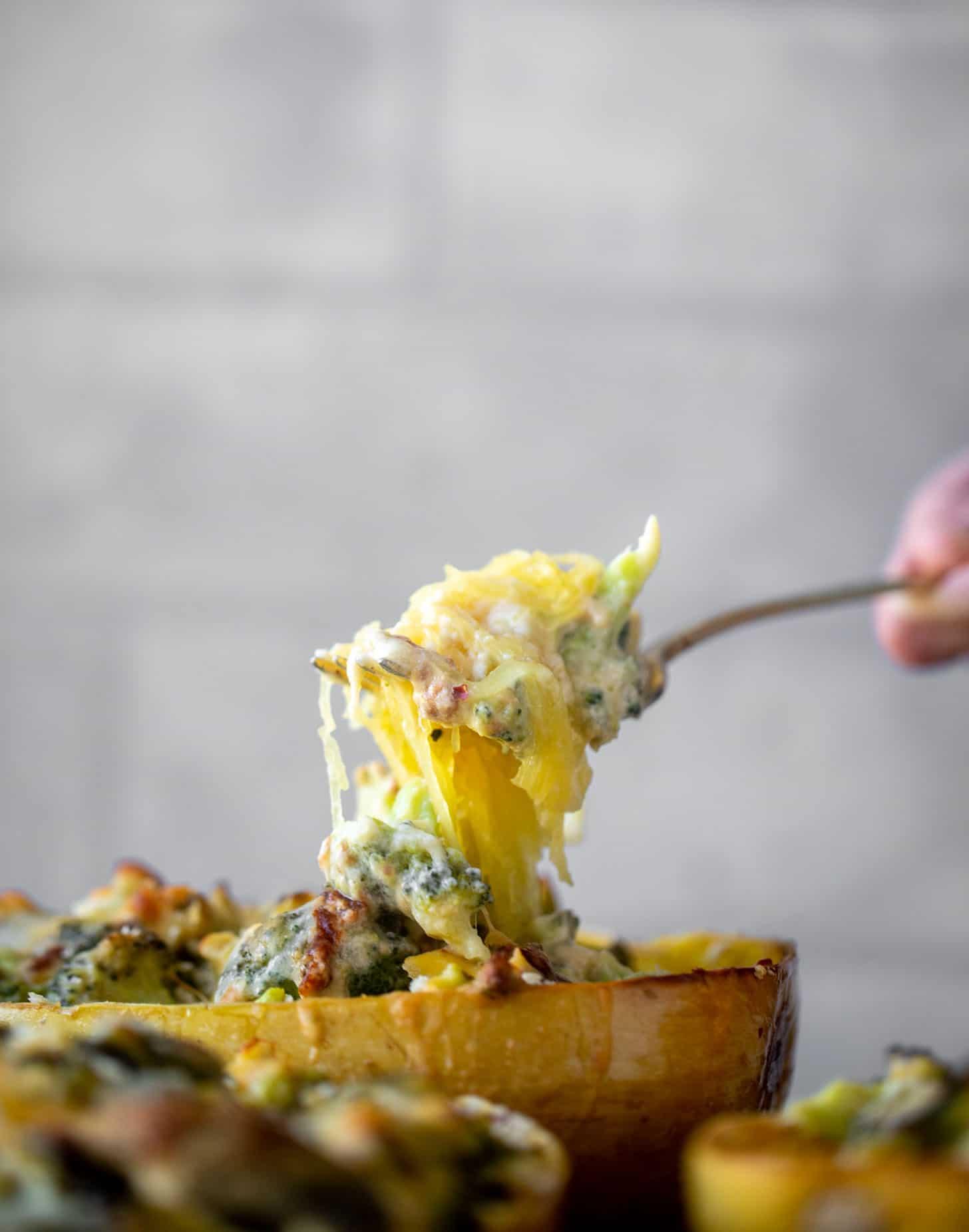calabaza espagueti rellena de queso cheddar con brócoli