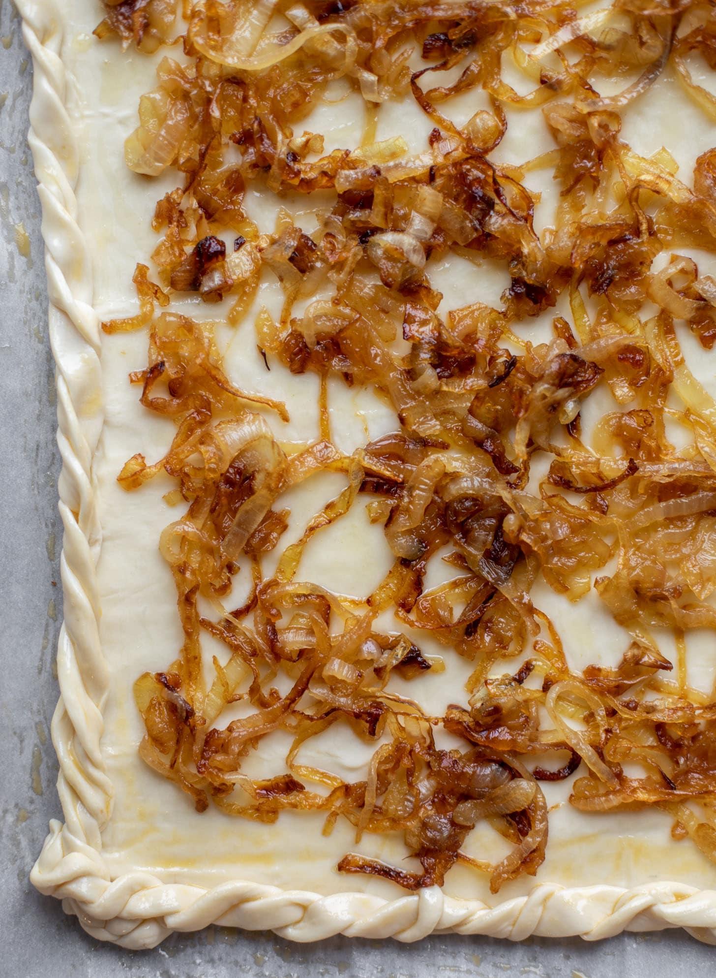 oignons caramélisés sur pâte feuilletée
