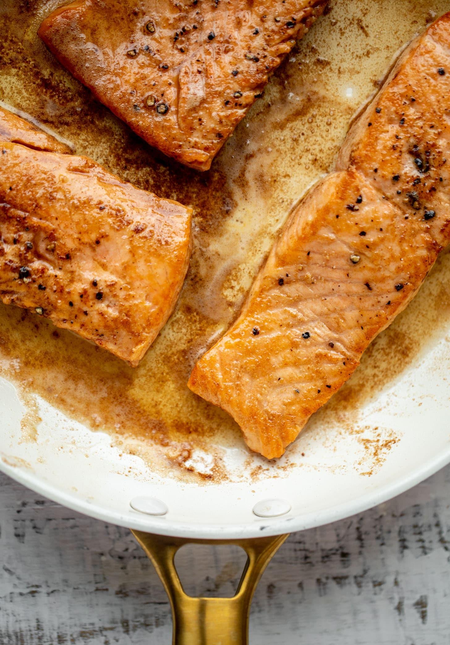 salmón cocido en mantequilla morena