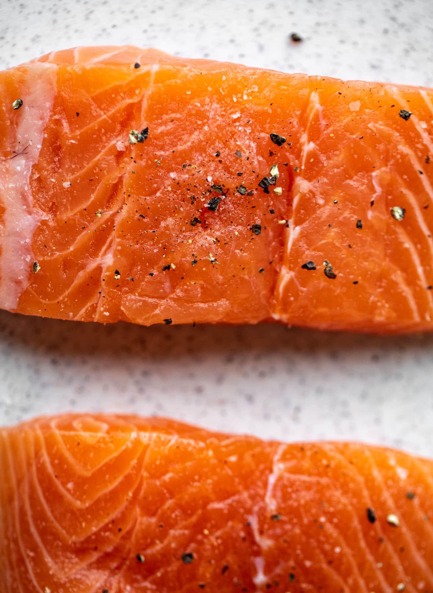 salmón fresco con sal y pimienta