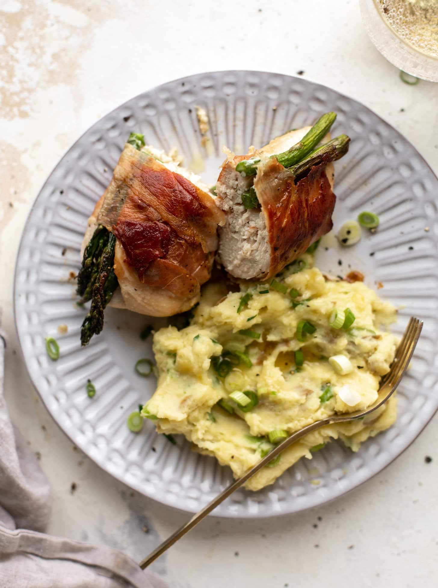 Pollo relleno de espárragos envuelto en prosciutto con puré de patatas con cebolleta