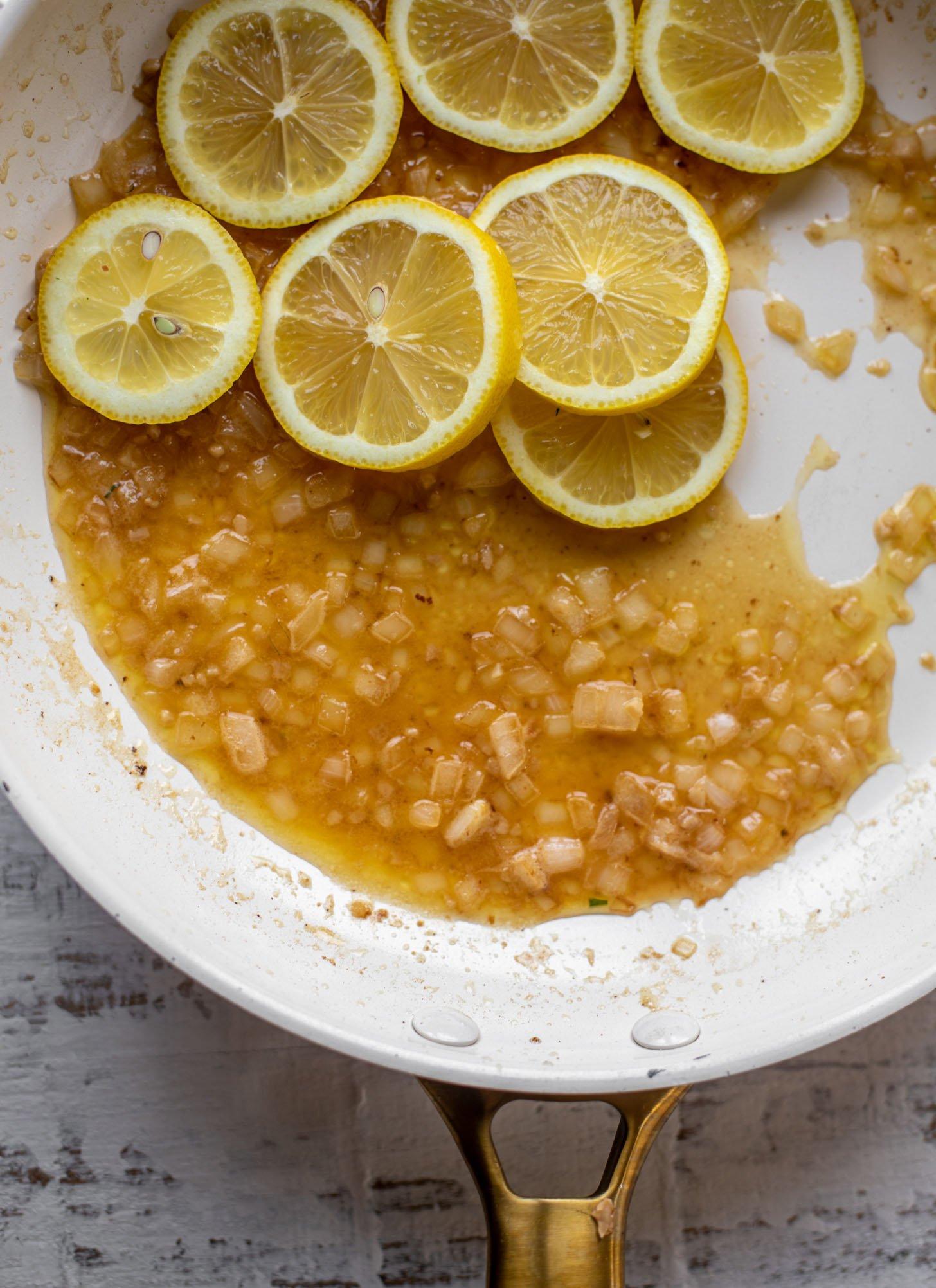 salsa sartén con limones y chalotas y ajo