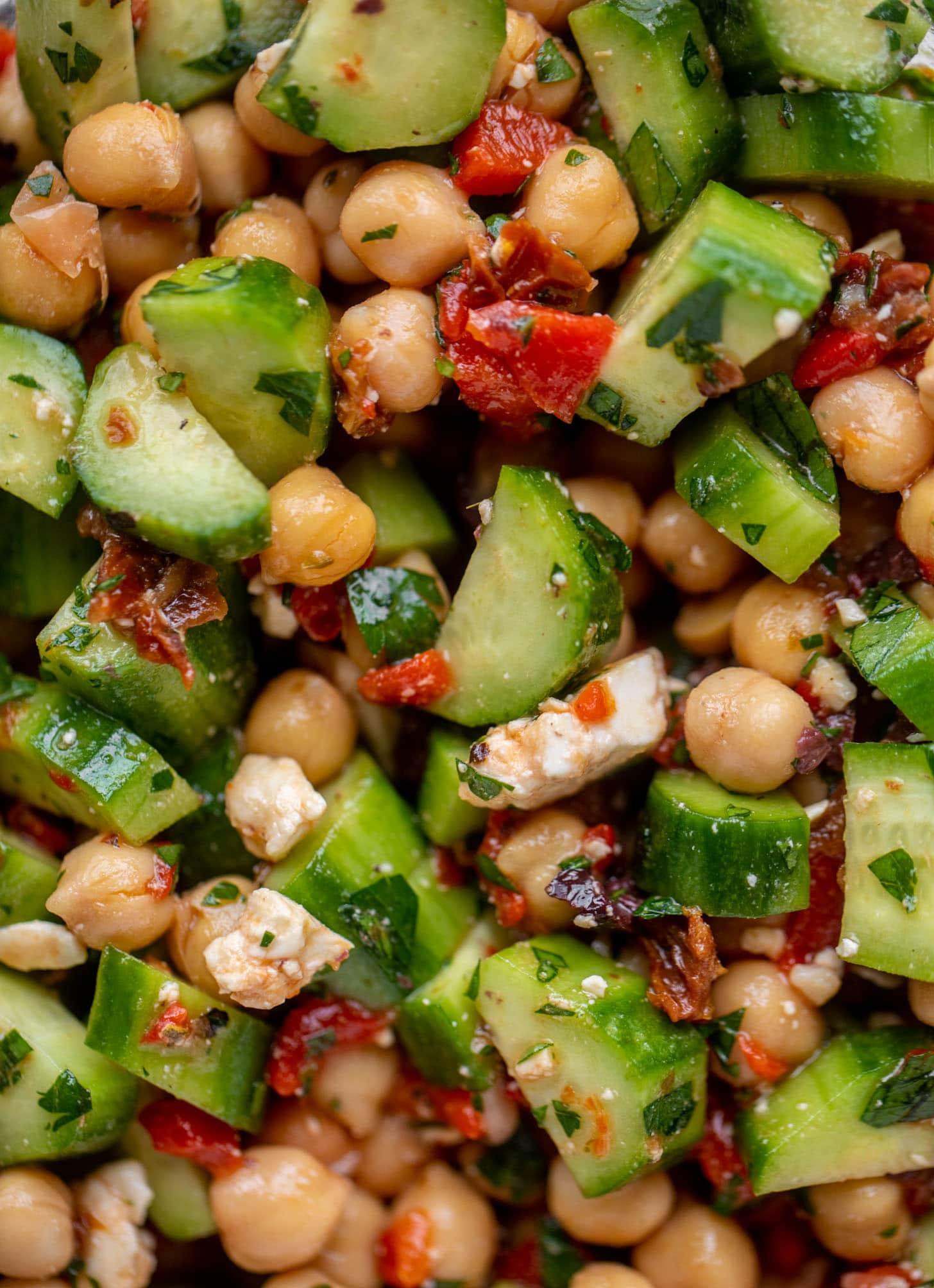 preparar garbanzos mediterráneos marinados con pepinos y hierbas