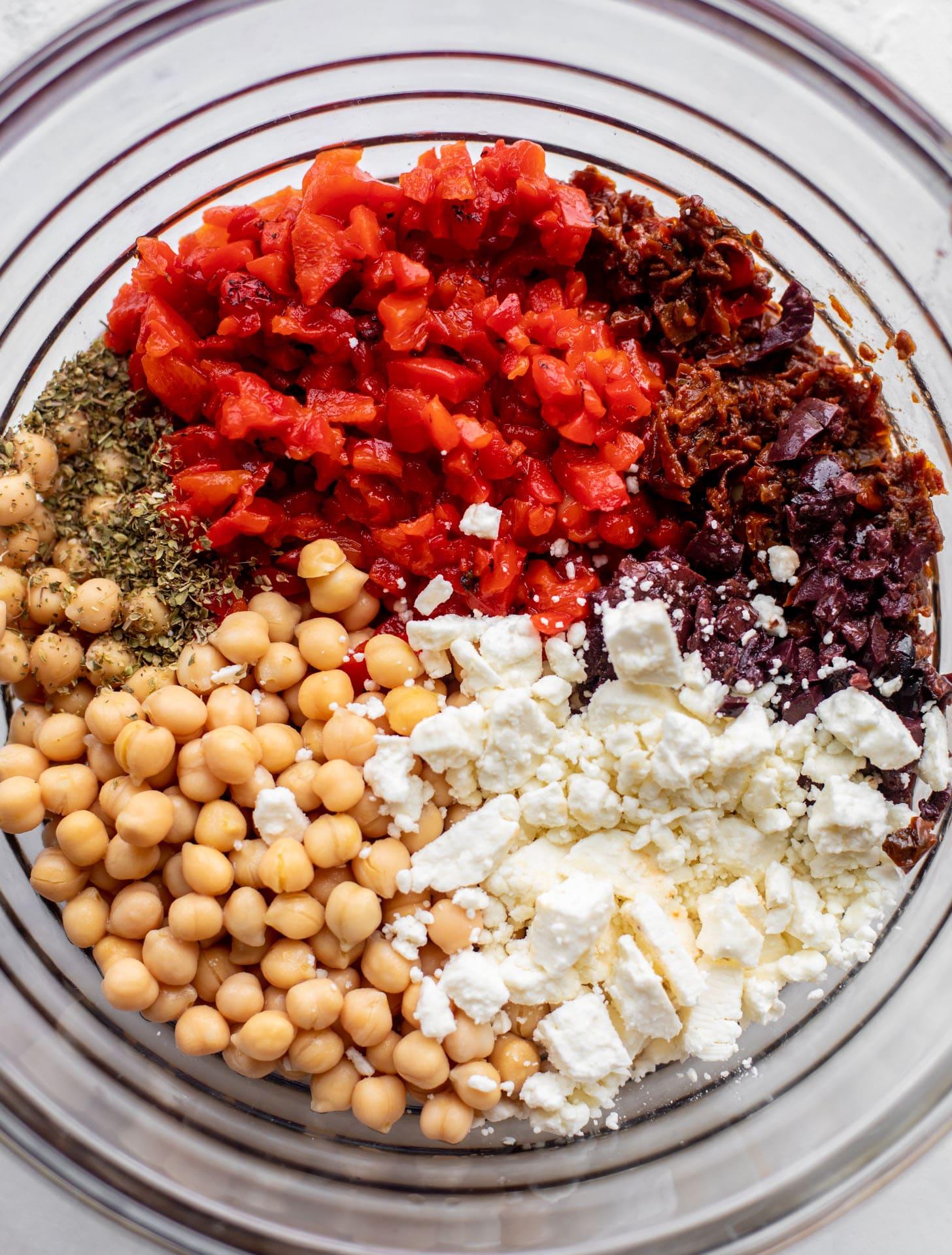 pimientos rojos asados, tomates secados al sol, garbanzos, queso feta, especias