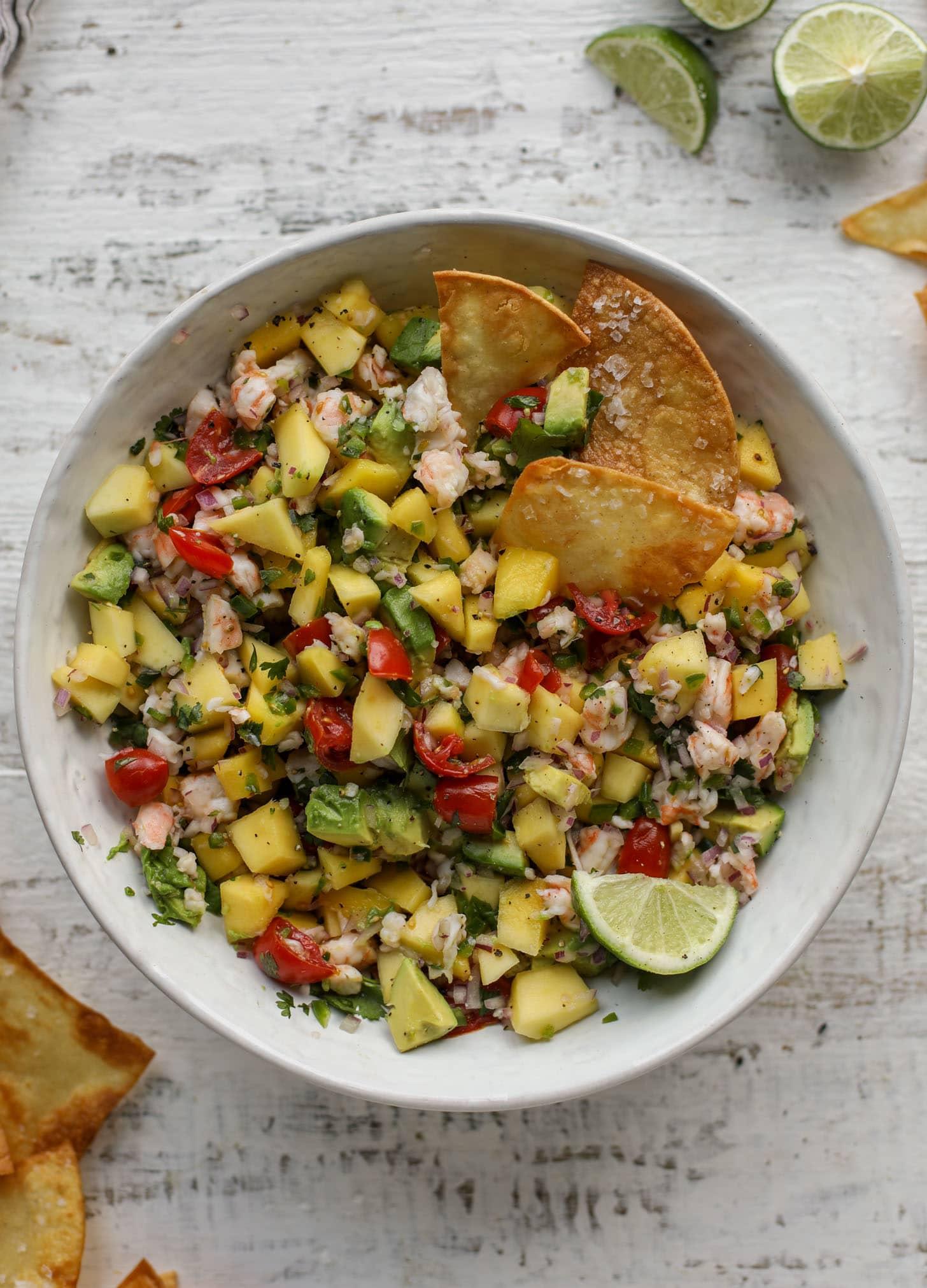 salsa de mango, aguacate y camarones con totopos