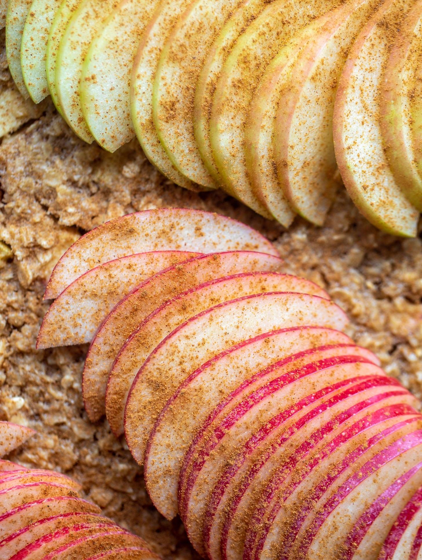 sliced apples with cinnamon